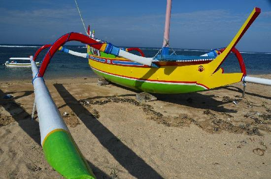 Tandjung Sari Hotel: Fishing boat on beach