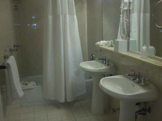 Garden Inn & Suites: bath