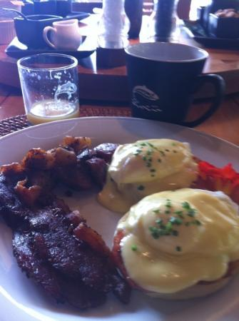 Tu Tu Tun Lodge: eggs Benedict for breakfast