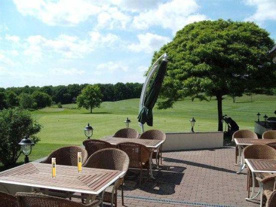 Hotel - Golf Course Bonn: Courtyard dining