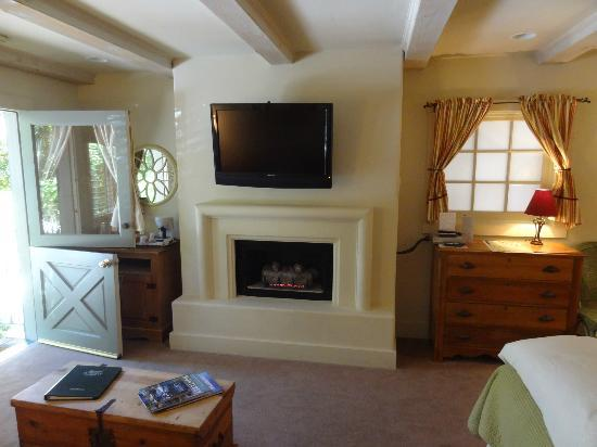 Carmel Country Inn: Cozy Fireplace