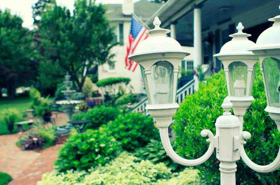 Annapolitan Bed & Breakfast : Grounds and Al Fresco Dining On The Wrap Around Porch