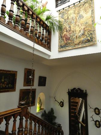 Hotel San Gabriel: main stairwell