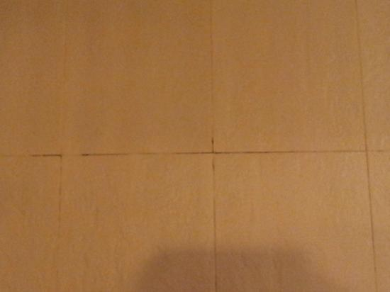 On8 Sukhumvit Nana By Compass Hospitality: signs of mildew between the tiles in bathroom