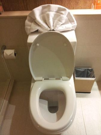 On8 Sukhumvit Nana By Compass Hospitality: nice, clean toilet bowl with solid toilet seat, small waste bin