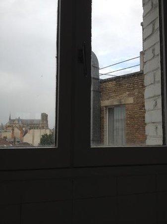 Golden Tulip Reims L Univers : fenêtre de la salle de bain sans rideau!! Le voisin a du apprécier!