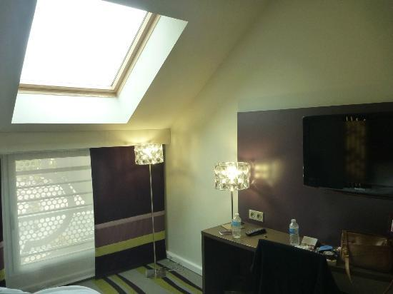 Mercure Chartres Centre Cathedrale: A view of room 328 with its huge skylight