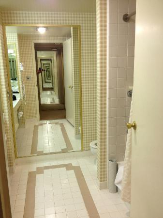 Grand Sierra Resort and Casino: Huge 70s bathroom with vintage fixtures and cracked tile