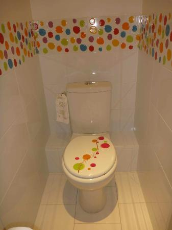Hotel Diderot: The modern toilet was cheerfully decorated