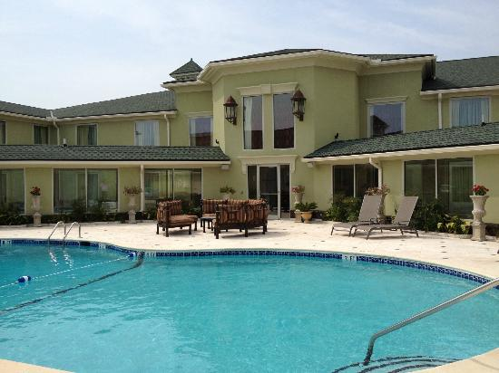 Town & Country Inn and Suites: Pool Patio Area