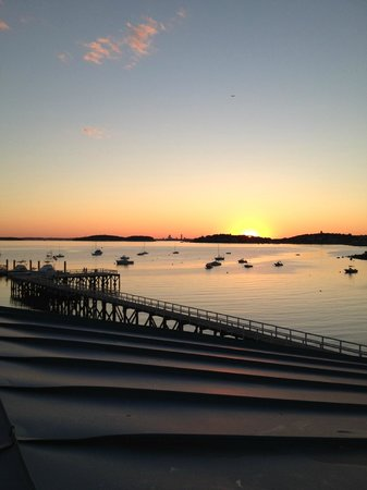 Sea Dog Brew Pub: Sunset from the outdoor seating.
