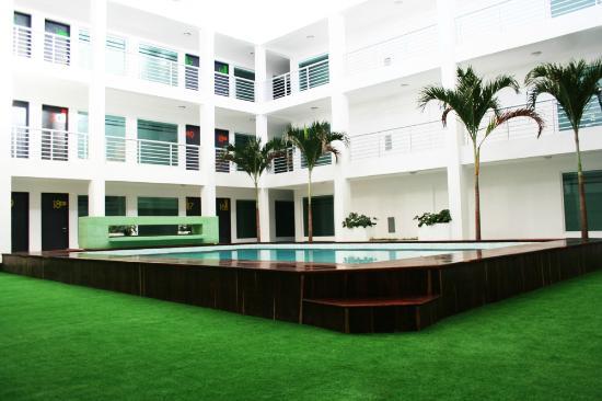 Hotel Villanueva: Deck & Pool.