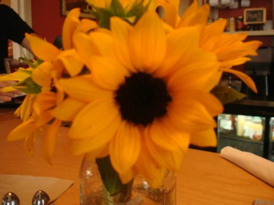 Toad Hollow Cafe: Fresh Flowers abound.