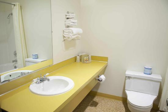 Econo Lodge Prineville: Bathroom sink area