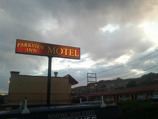 Parkview Inn Motel : Motel exterior and Sign