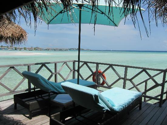 Four Seasons Resort Maldives at Kuda Huraa: The deck of the Water Villa