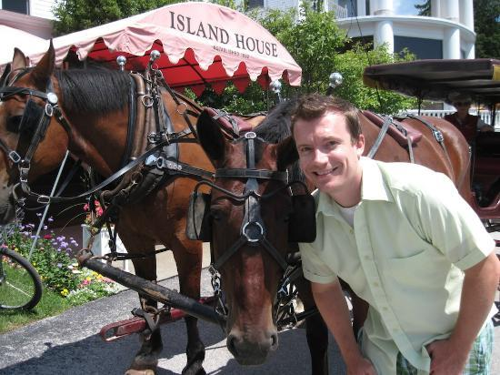 Island House Hotel: The horses in the front of the hotel.