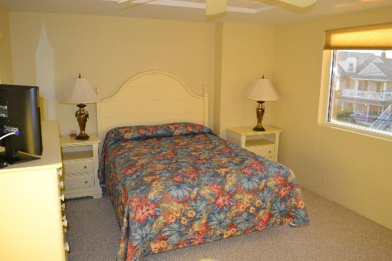 Watson's Regency Suites: bedroom