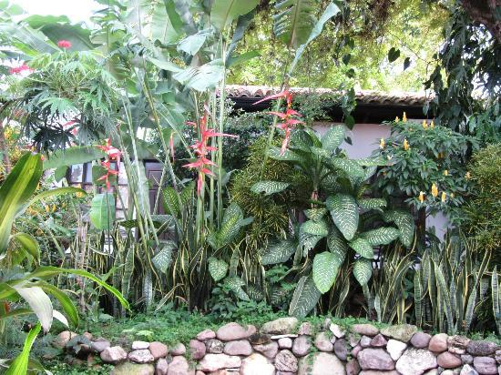 Hotel Marina Copan: One of the many garden nooks
