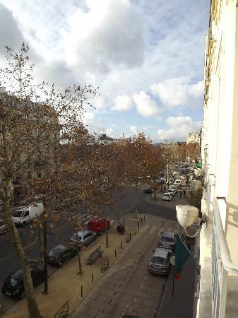 Hotel le Tourville: View out of our 3rd Floor Window