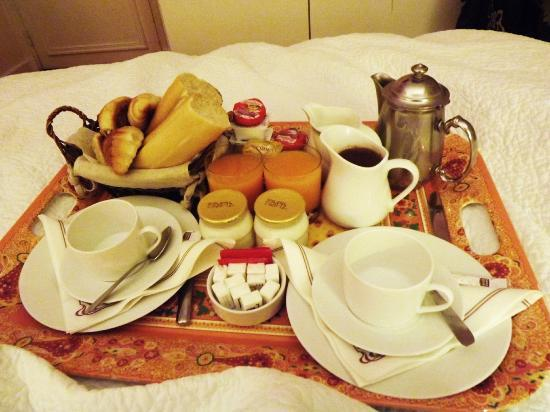 Hotel le Tourville: Our continental breakfast