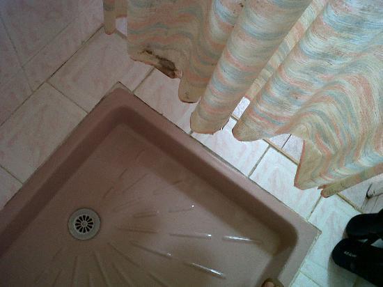 Hotel Astrid: polvo en el suelo y manchas