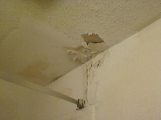 Midland Extended Stay: bathroom ceiling