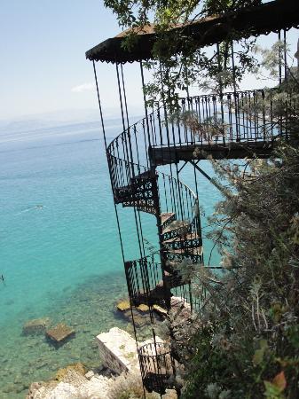Mayor Pelekas Monastery : Escalier d'époque qui mene à la plage de Corfou