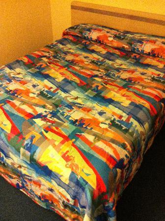 Motel 6 Coalinga East: Colorful bedspread