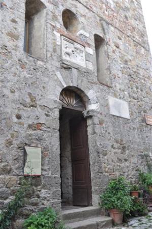Geburtshaus des San Galgano: ...am Eingang z Geburtshaus....