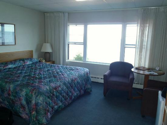 The Shoreline Inn: Room Itself