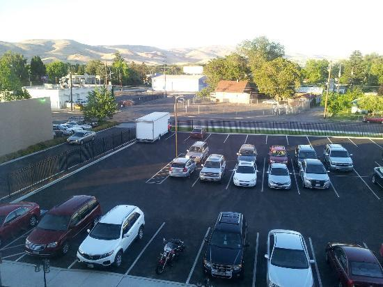 Holiday Inn Yakima: View of secured back parking lot from 4th floor