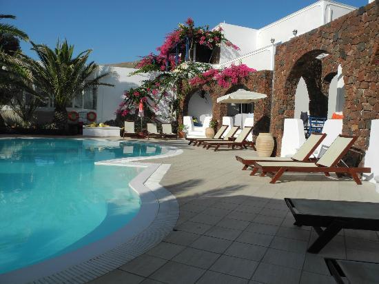 โรงแรมอาเรียนเบย์: Pool area where you can eat breakfast