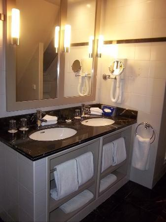 Hotel le Tourville: 6th fl dbl sinks