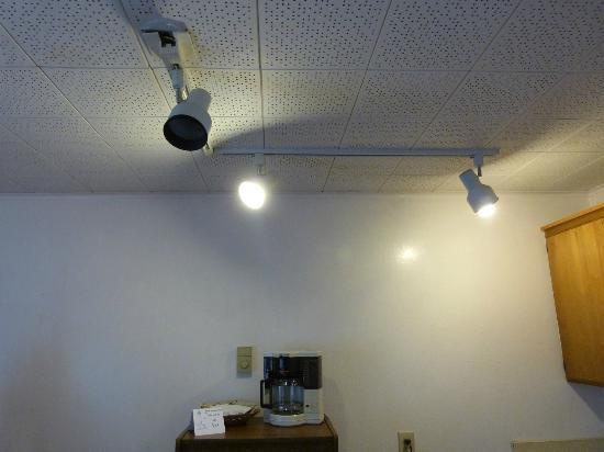 Ocean Avenue Inn: Missing Light Bulb