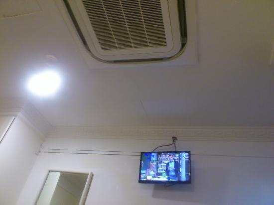 Arianna Hotel: Good working TV & aircon