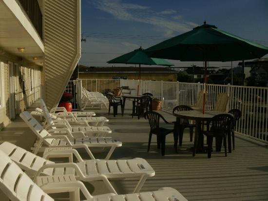 Sunrise Motel: Sundeck