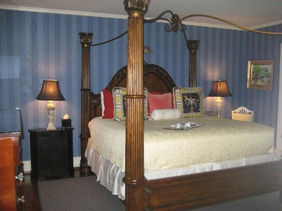 10 Fitch Luxurious Romantic Inn : Bedroom in English Suite