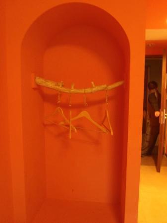 Leofoo Resort Guanshi: No cupboard, this is where u hang cloths in the room, cute!
