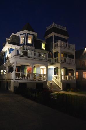 931 Beach Guest House: 931 Beach at night
