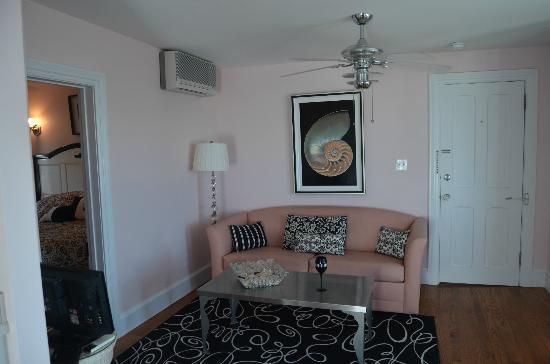931 Beach Guest House: Cape Diamond Suite living room 