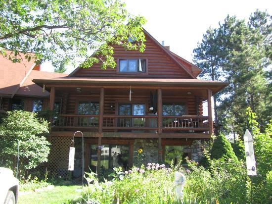 Pinewood Lodge B&B : Front of Cabin