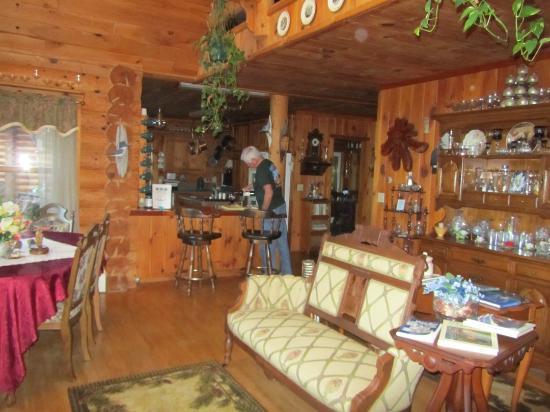 Pinewood Lodge B&B : Looking towards the Kitchen