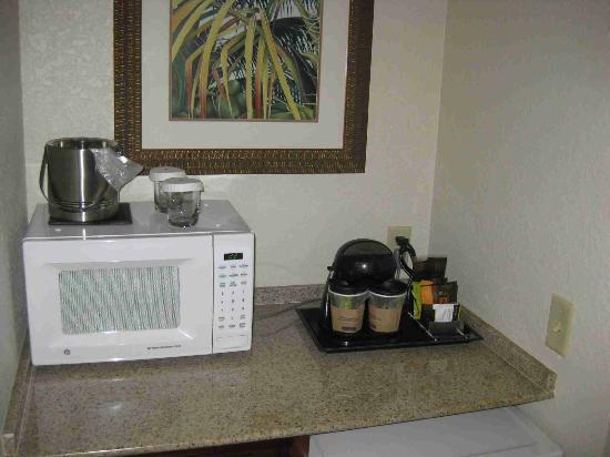 Doubletree by Hilton Sunrise - Sawgrass Mills: Microwave, coffeemaker, minibar....