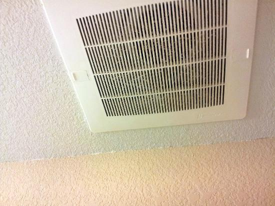 Candlewood Suites Virginia Beach / Norfolk: Dusty and dirty bathroom vent.