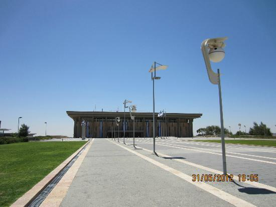 Knesset (Parliament): Walkway to Knesset building