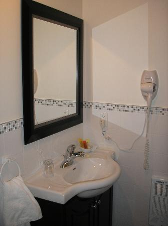 Europa Inn & Restaurant: Bathroom vanity