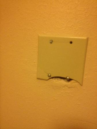 La Quinta Inn & Suites Philadelphia Airport: Outlet on the wall
