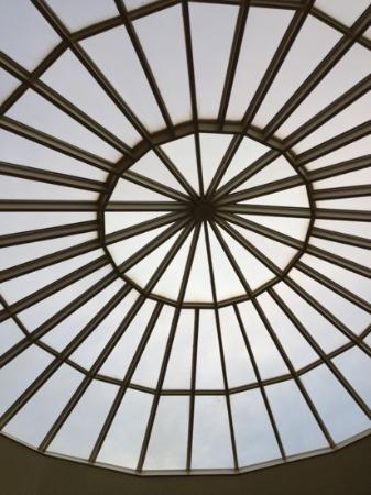 Queensbury Hotel: sky light above pool