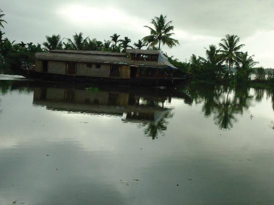 Lake Haven Island Resorts: House boat crossing